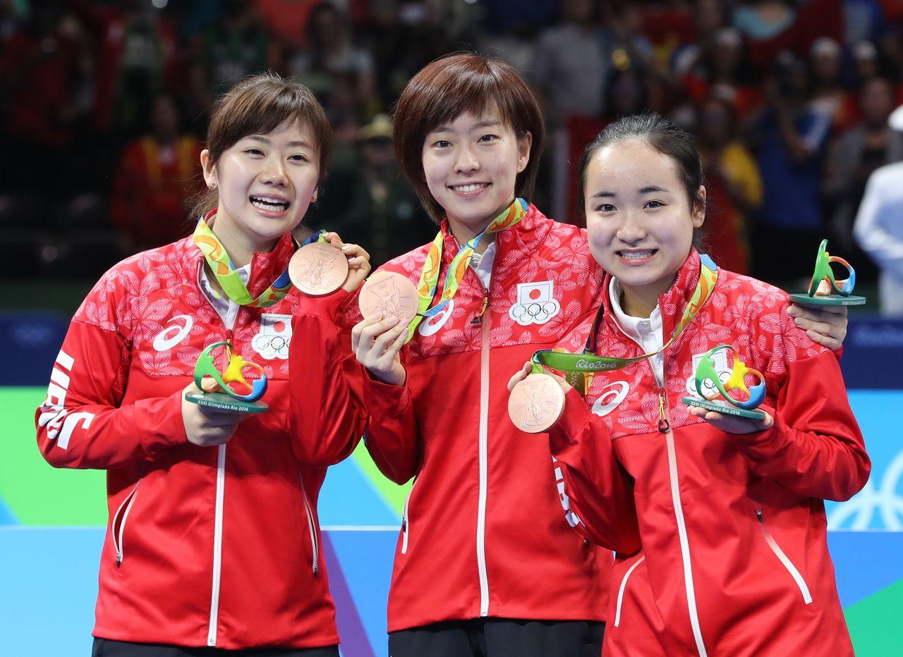 里約奧運上奪得桌球女子團體銅牌。與福原愛(左)、石川佳純(中)一同綻放笑顏,2016年8月16日,巴西里約熱內盧(時事)