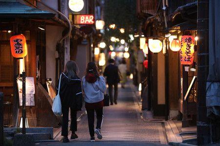 16日夜、在京都市中京區先斗町漫步的人們