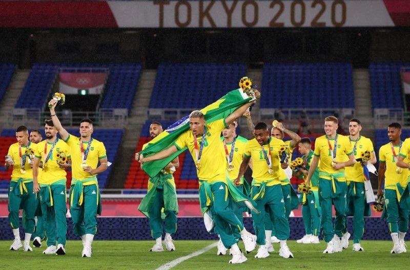 Die brasilianischen Spieler feiern ihre Fußball-Goldmedaille bei den Olympischen Spielen in Tokio, nachdem sie am Samstag in Yokohama Spanien besiegt haben.  Foto: Thomas Peter-Reuters.