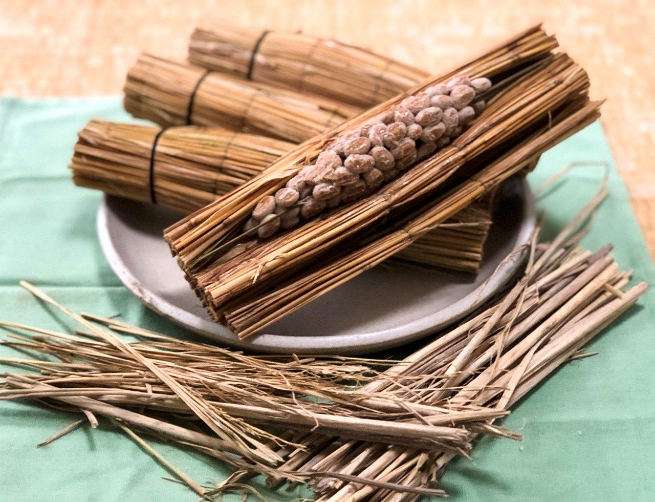 Old-fashioned nattō made by wrapping cooked soybeans in rice straw.