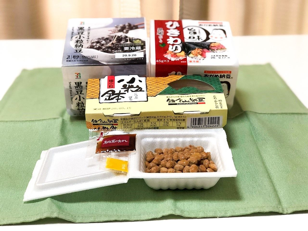 Types of nattō packaging includes polystyrene trays and paper cups.