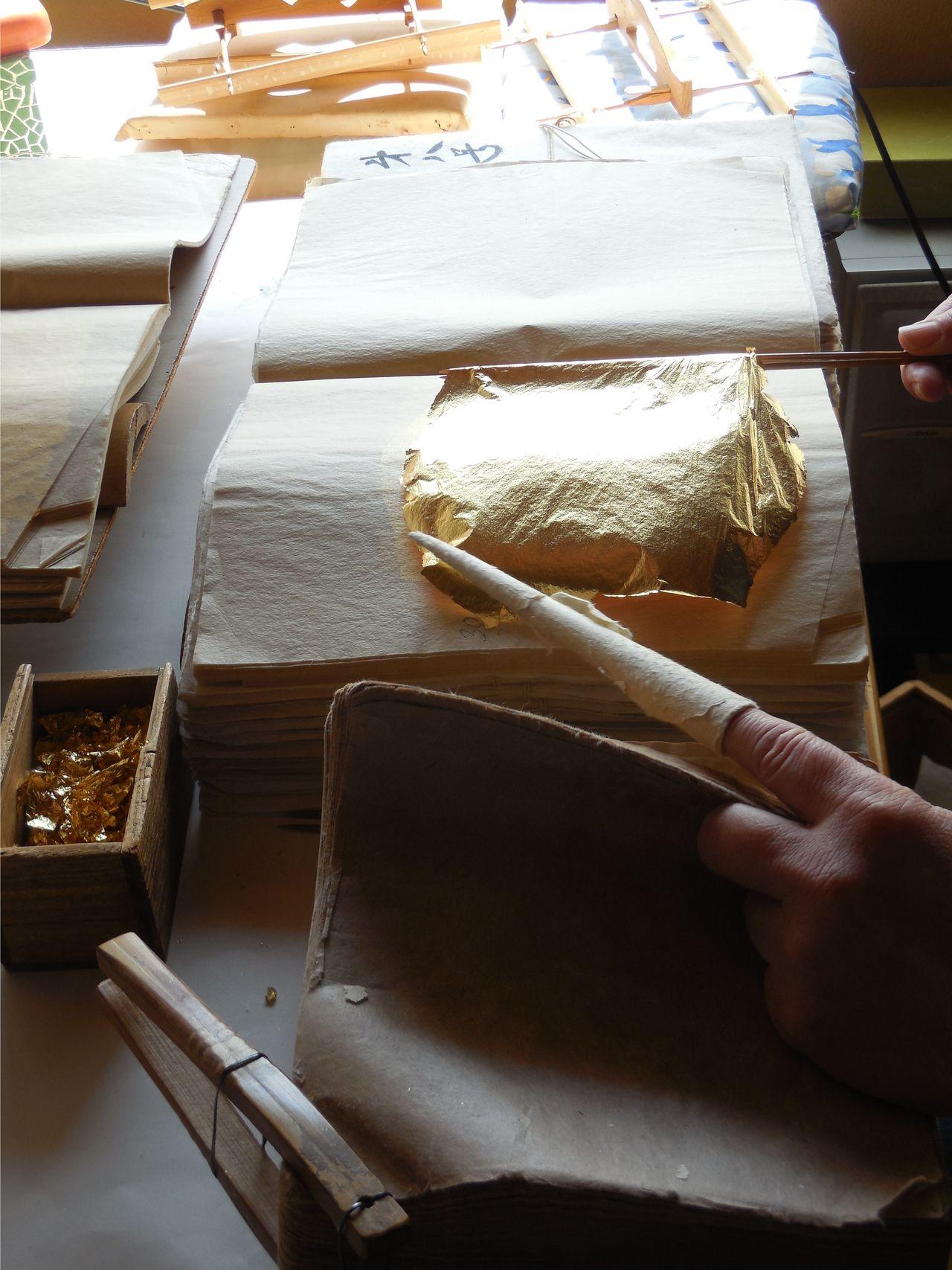 Produksi tradisional daun emas entsuke. (© Jiji; Masyarakat Pelestarian Teknik Tradisional Kanazawa Kinpaku)
