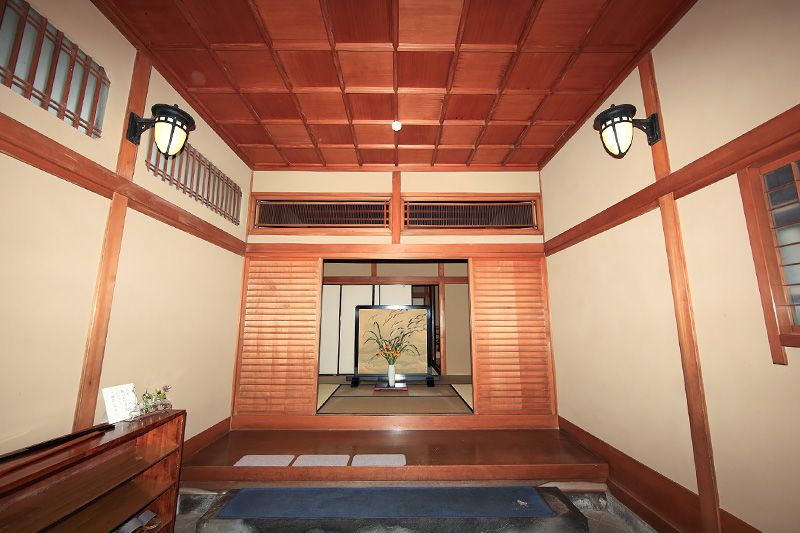 4b4d6be9486 A genkan entrance hall with a getabako (left) for shoes and a tataki  (foreground).