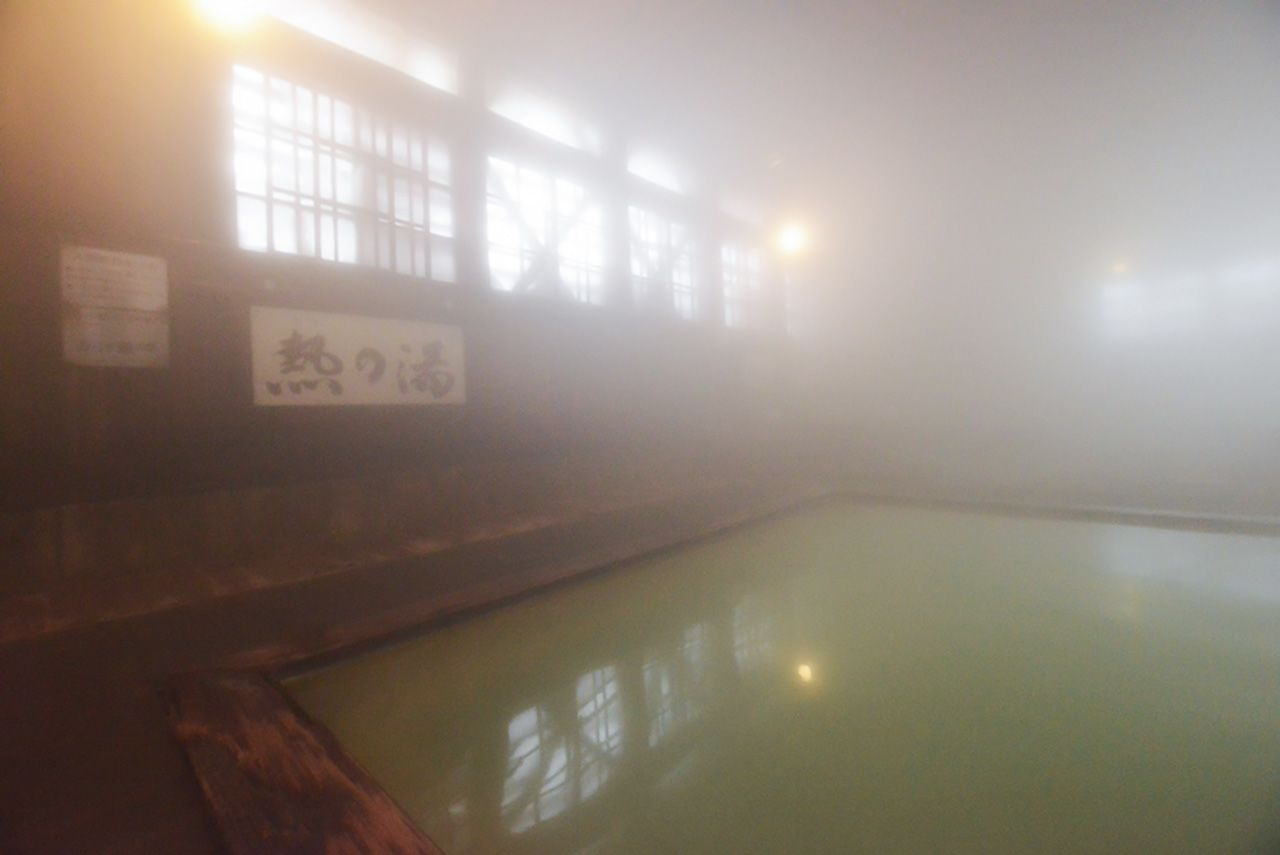 The cold winter temperatures outside fill the bath hall with a thick mist. (© Shoepress)
