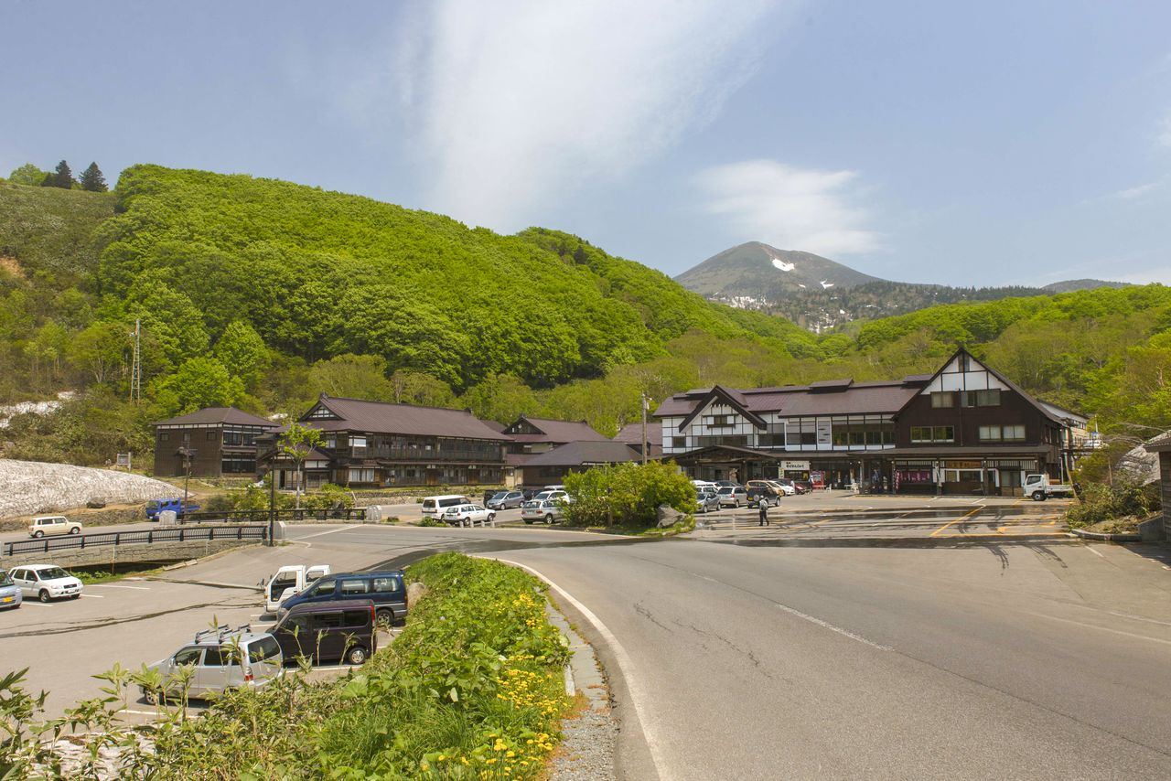 Sukayu Onsen nestles up against the forests at the base of Mount Ōtake in the Hakkōda range. (© Aomori Prefecture Tourism Federation)
