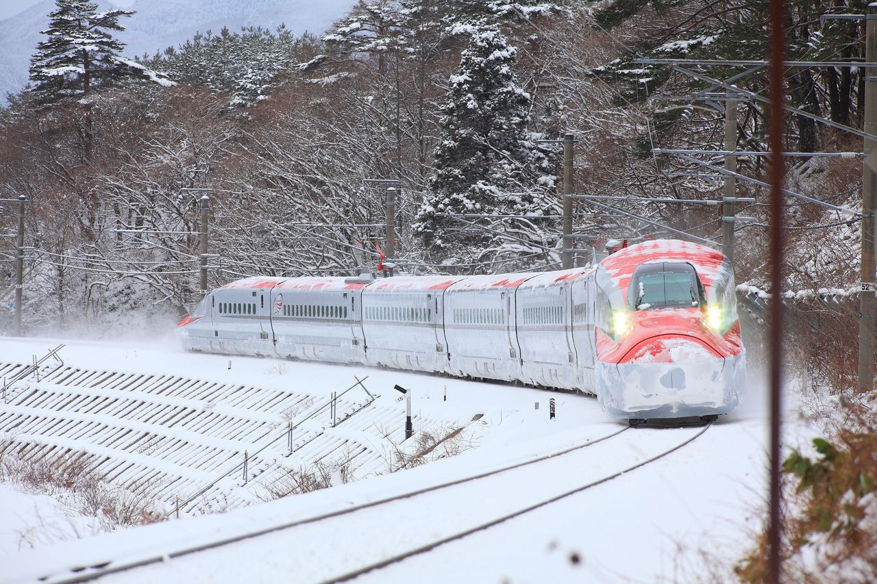 The Komachi Akita Shinkansen powers its way through the snow that is part and parcel of the harsh Akita winter. (Courtesy Akita Tourism Federation)