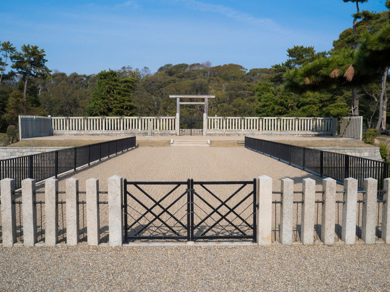 The Emperor Nintoku burial mound prayer space is the only spot where you can directly view the circular, aft part of the keyhole-shaped tumulus.