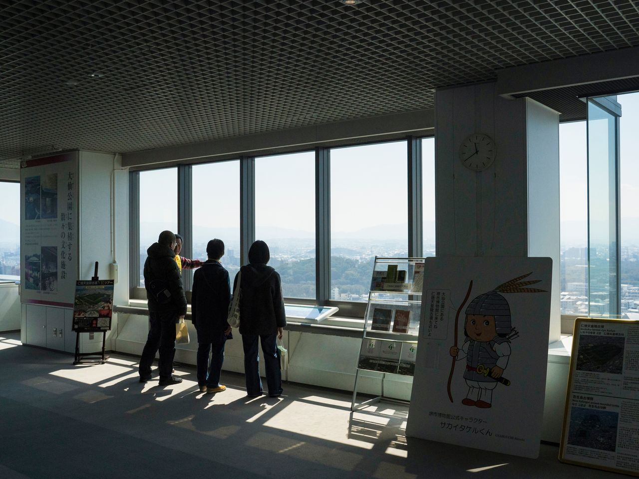 Display panels and descriptions given by tour guides make for an enjoyable visit to the Sakai City Hall observation deck. Admission is free.