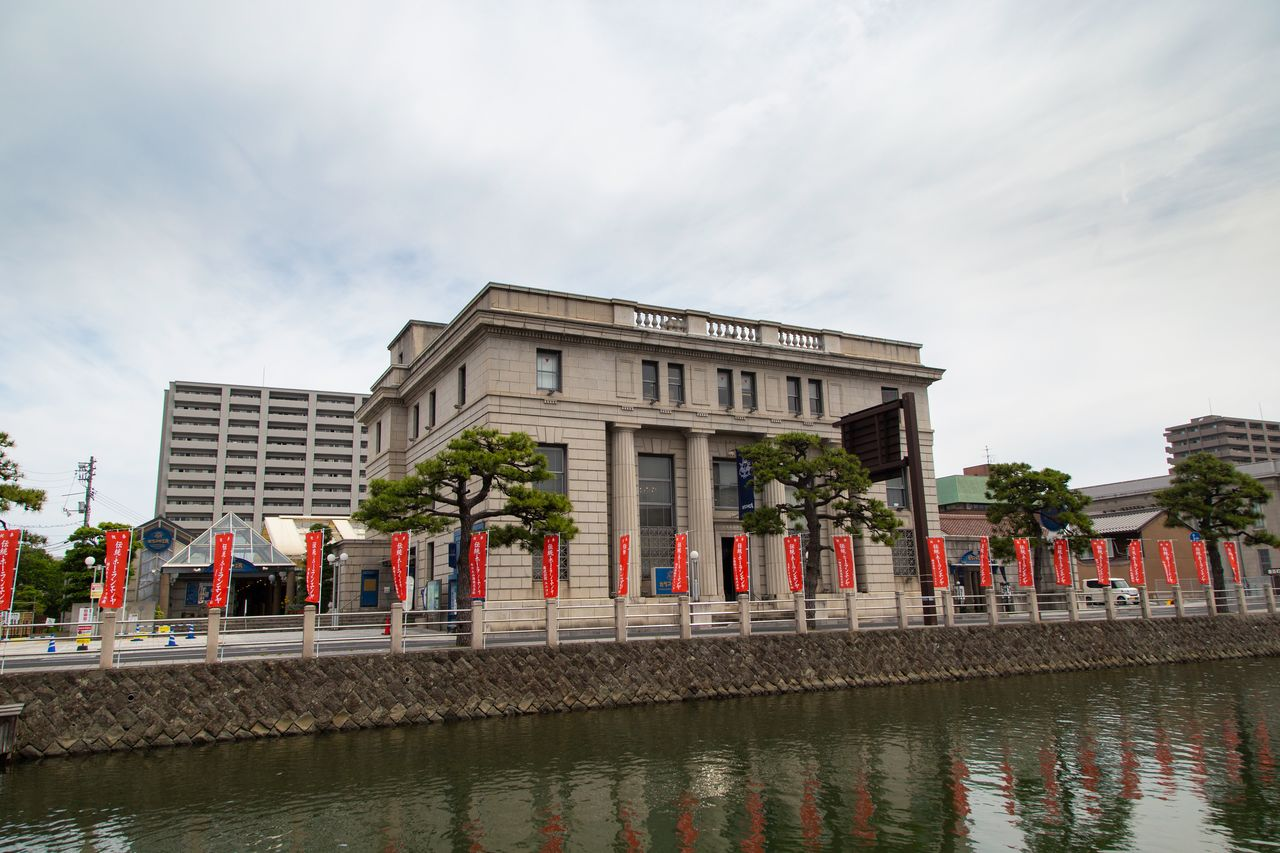 Formerly the Matsue Branch of the Bank of Japan, this building now houses the Karakoro Art Studio. Here, visitors can receive guidance and instruction from skilled artisans as they make Matsue-style Japanese snacks and personal articles.