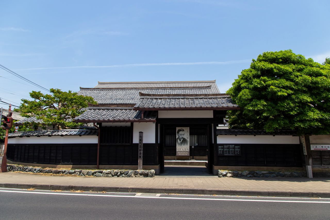 The Lafcadio Hearn Memorial Museum is located at the western end of the Shiomi-nawate road.