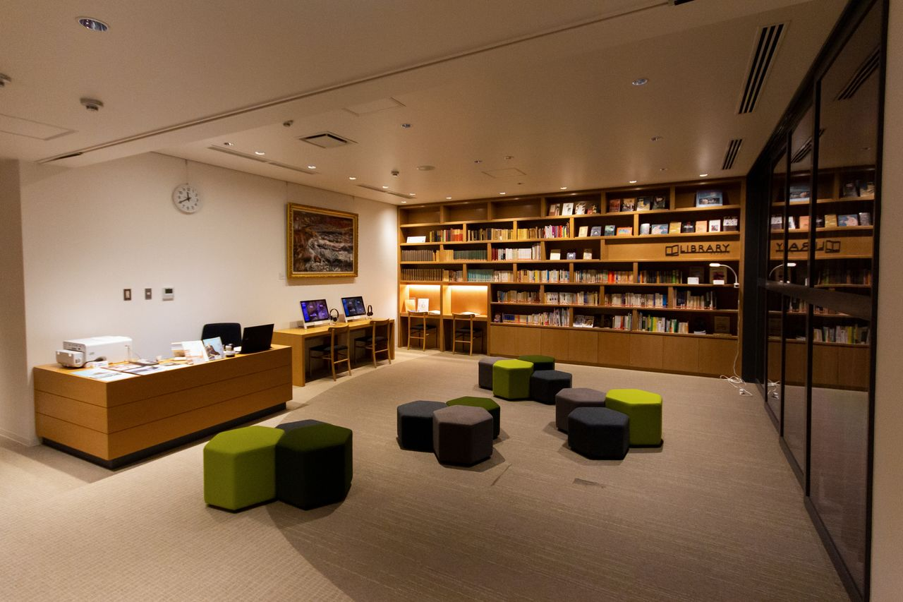 The library is a comfortable place to read. A computerized catalog allows visitors to search for works and other information on the writer and his life.