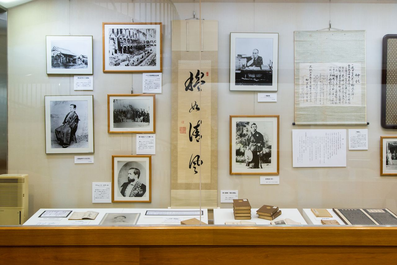 Shintaku (Oracle) written by Odaka is on the right. Other artifacts shown include a document penned by Tokugawa Yoshinobu and photographs from the mission to France.