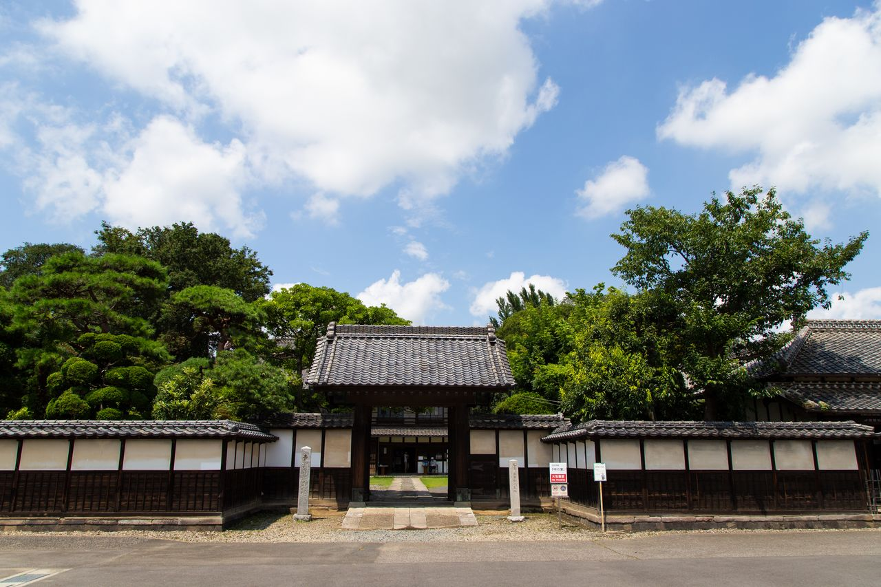 The main entrance features an auspicious yakuimon roofed-gate, a common feature for samurai residences. The gate door is made from a single plank of Japanese zelkova.