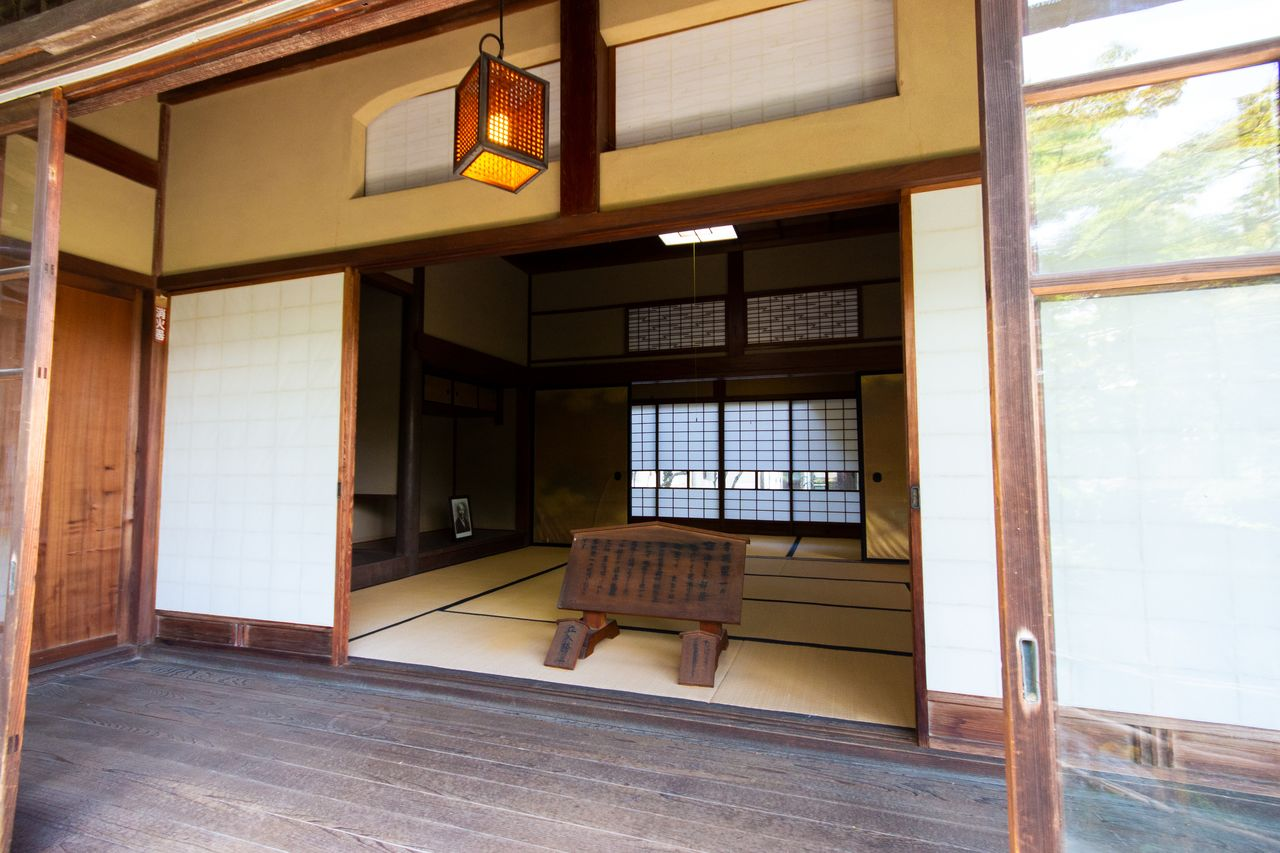 Beyond the veranda lies the formal Japanese kamizashiki room created for Shibusawa. To allow for peaceful relaxation, a second floor was not built above this room.