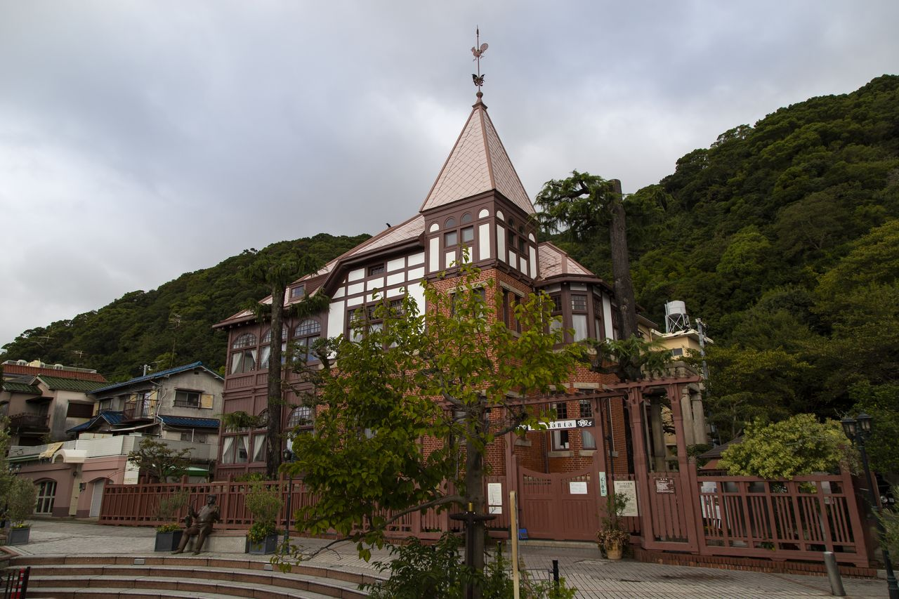 Weathercock House, formerly a mansion for Western merchants, is nestled against the Rokkō foothills.