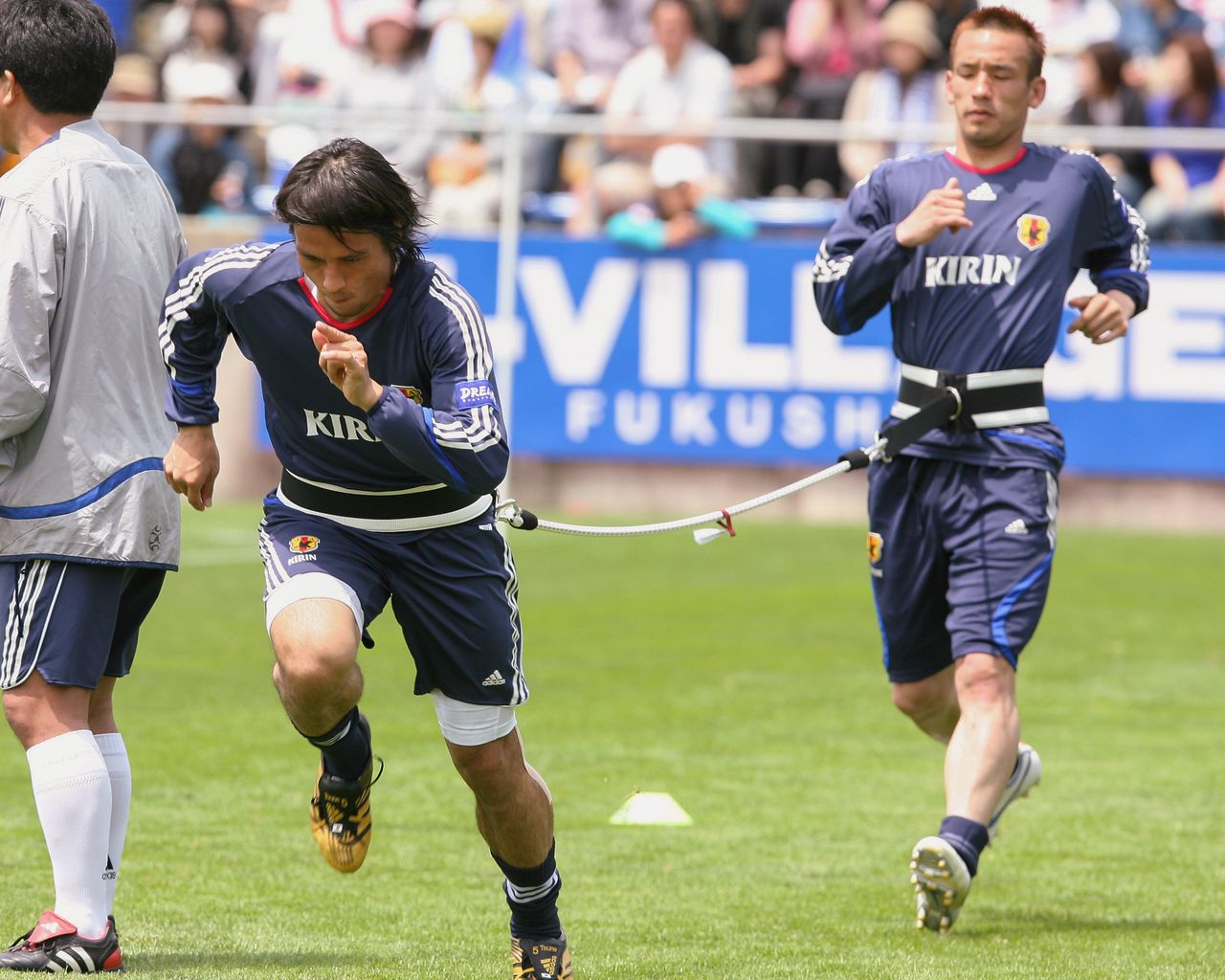 Japanese national team players train at the J-Village in May 2006 ahead of the FIFA World Cup. (© Jiji)