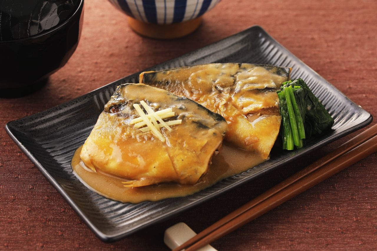 Mackerel simmered in miso sauce. The dish is standard menu item at many Japanese eateries. (© Pixta)