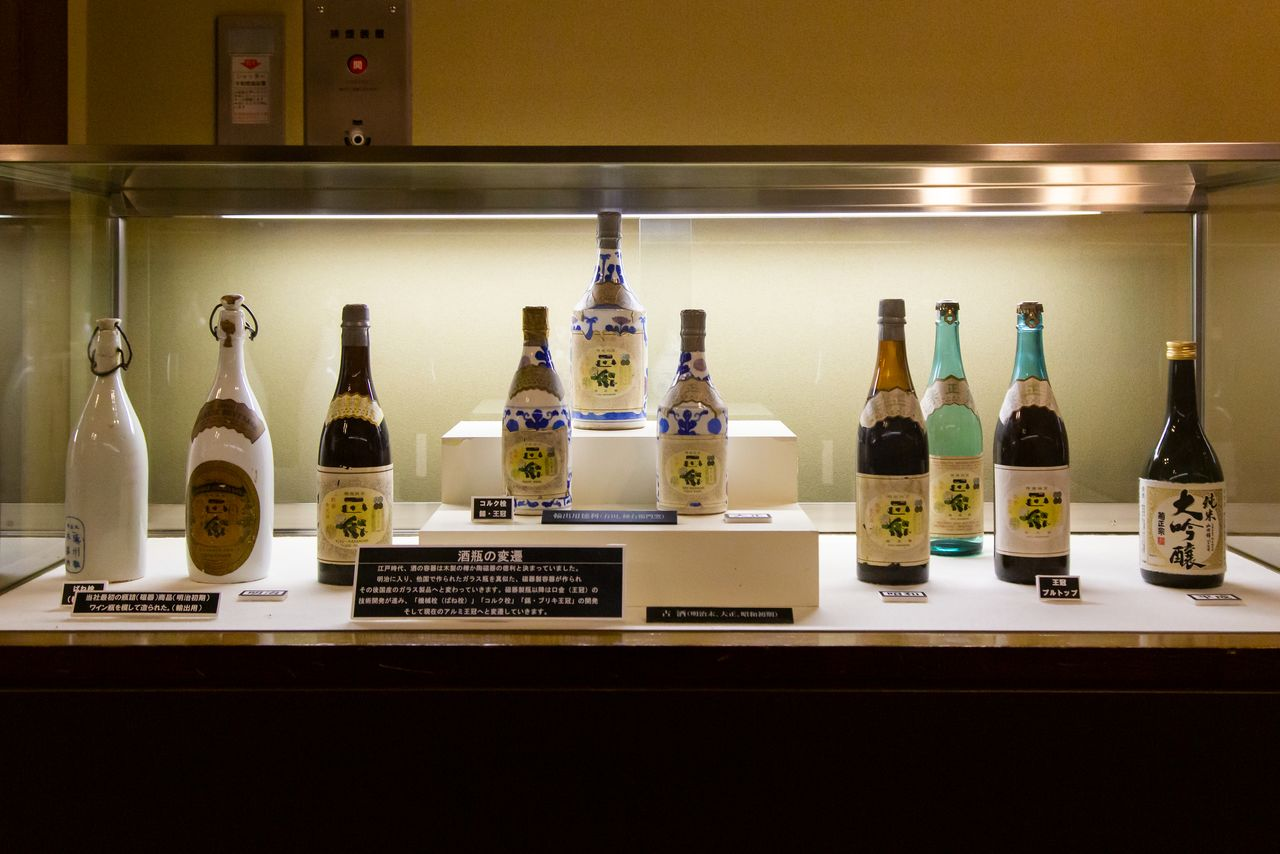 This display traces the changes in sake packaging, from porcelain containers modeled after Western-style glass bottles to domestically produced glass bottles. The improvements to the clasp over the years hint at the difficulties encountered in developing the right packaging.