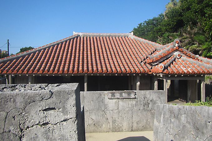 The Takara residence on Zamamijima, once inhabited by the captain of a ship that conducted trade with the Qing Dynasty. (Courtesy Ministry of the Environment)