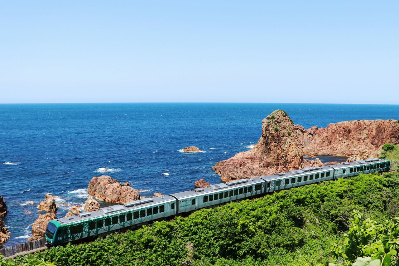 A JR Resort Shirakami Express tourist train traveling along the coastline between Fukaura and Hiroto Stations. (Courtesy of JR East Akita Branch Office)