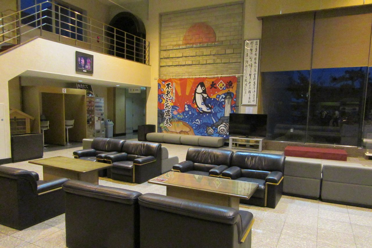 The spacious hotel lobby. A Tsugaru-jamisen (a style of shamisen music native to Aomori) performance is held here every Saturday. (Courtesy of the Koganezaki Furōfushi Onsen)