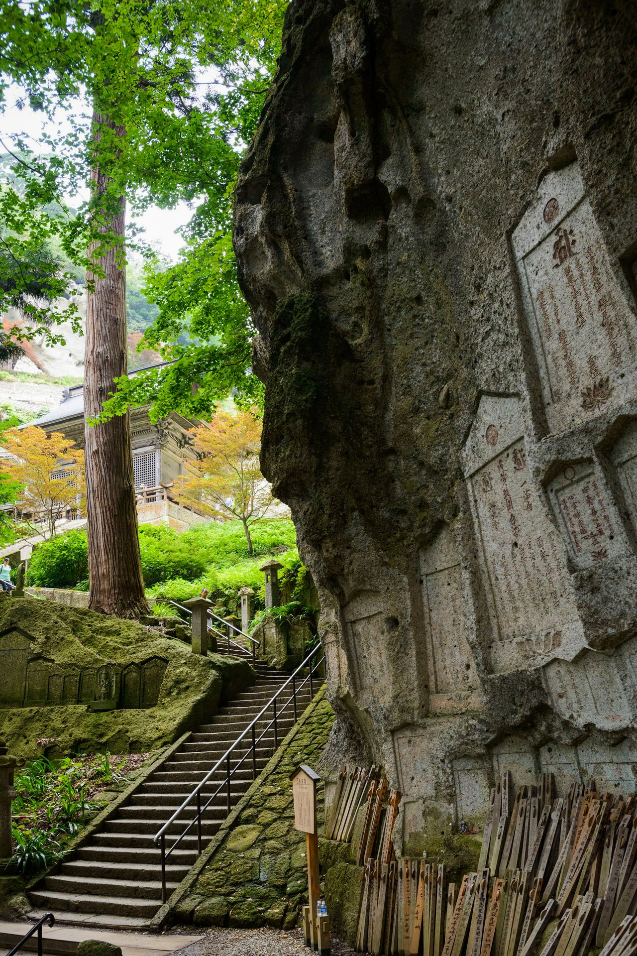 A view of the Niōmon gate, seen from the Midahora stone outcropping. (Photo courtesy of the Yamagata Tourist Association)