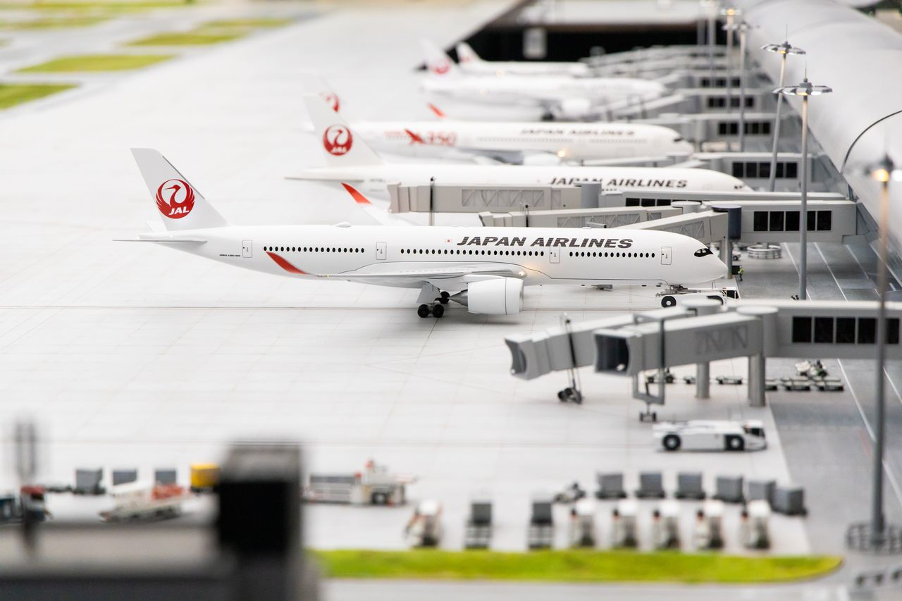 Small Worlds Tokyo worked closely with Japan Airlines and Kansai Airports, two of its official partners, to create a realistic miniature of the Kansai International Airport.