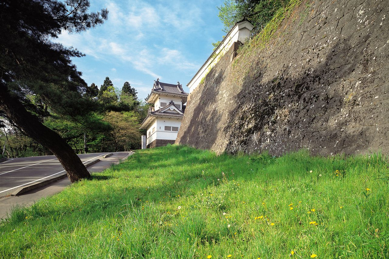 Sebuah jalan berliku membentang antara menara Wakiyagura dan situs kompleks dalam.