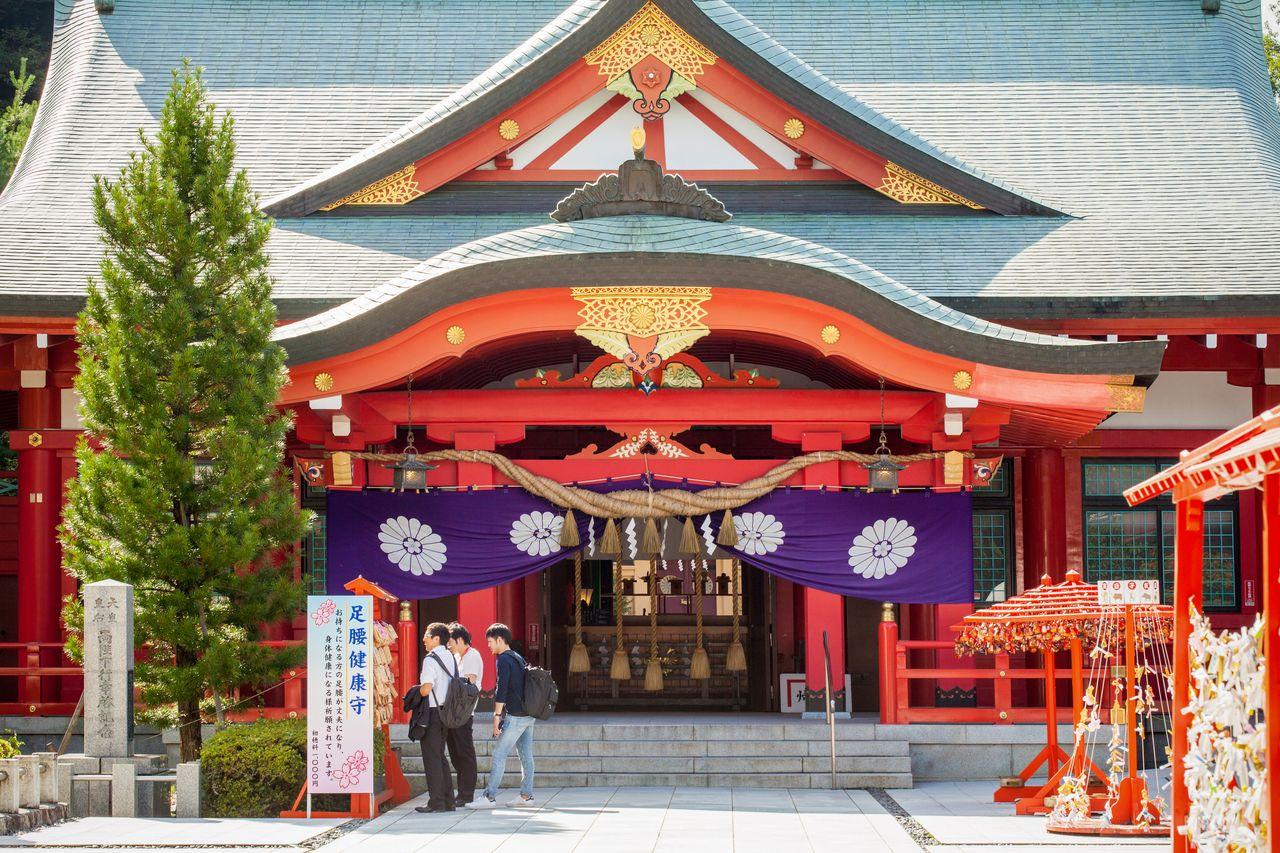 Kuil Gokoku adalah tujuan populer untuk kunjungan kuil pertama di tahun baru.