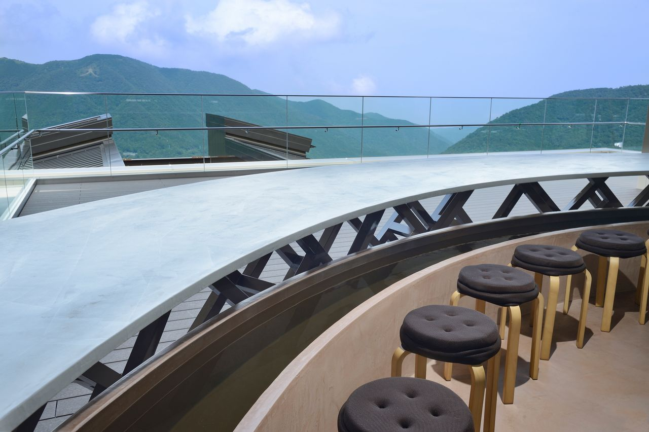 Visitors can soak their feet in hot spring water as they savor the view. (Courtesy of Odakyū Agency)