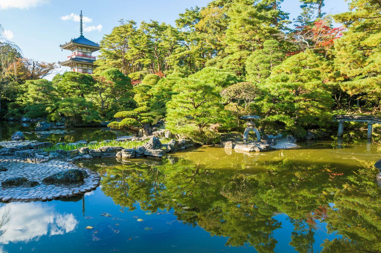 Taman berjalan dengan kolam di Kuil Rinnōji. (Atas izin dari Pariwisata Sendai, Konvensi, dan Asosiasi Internasional)