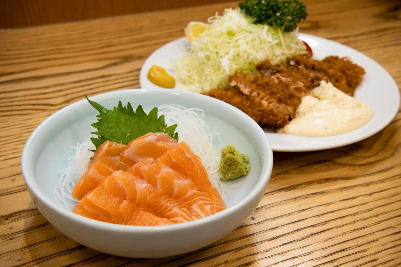 Salmon sashimi dan salmon goreng di Tonkatsu Yachiyo. (Foto oleh Nippon.com)