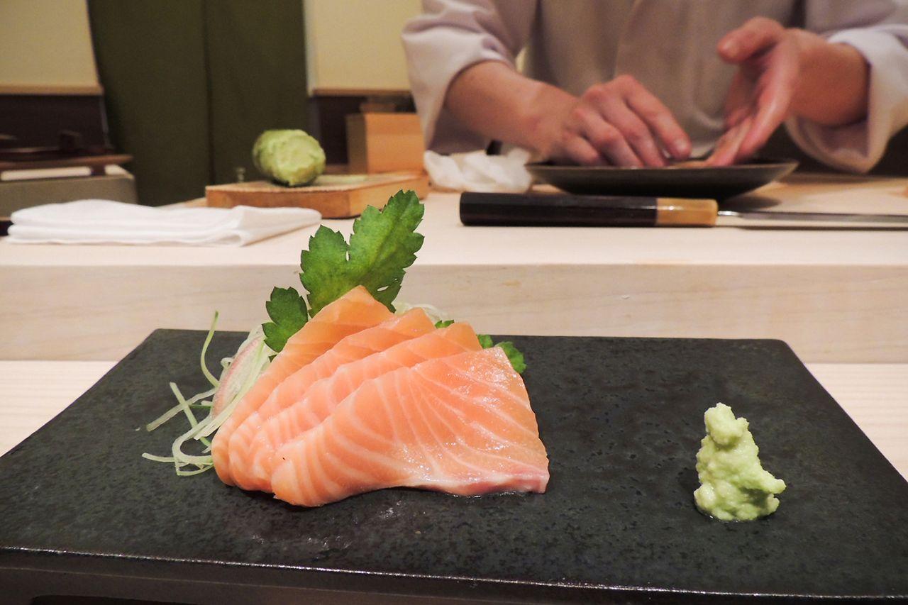 Tsukiji Suzutomi kelas atas di Ginza telah memiliki salmon dalam menu sashimi dan sushi sejak musim gugur lalu. (Foto oleh penulis)