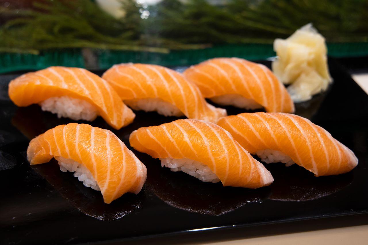 Salmon sushi telah menjadi salah satu sajian paling populer di Iwasa-zushi. (Foto oleh Nippon.com)