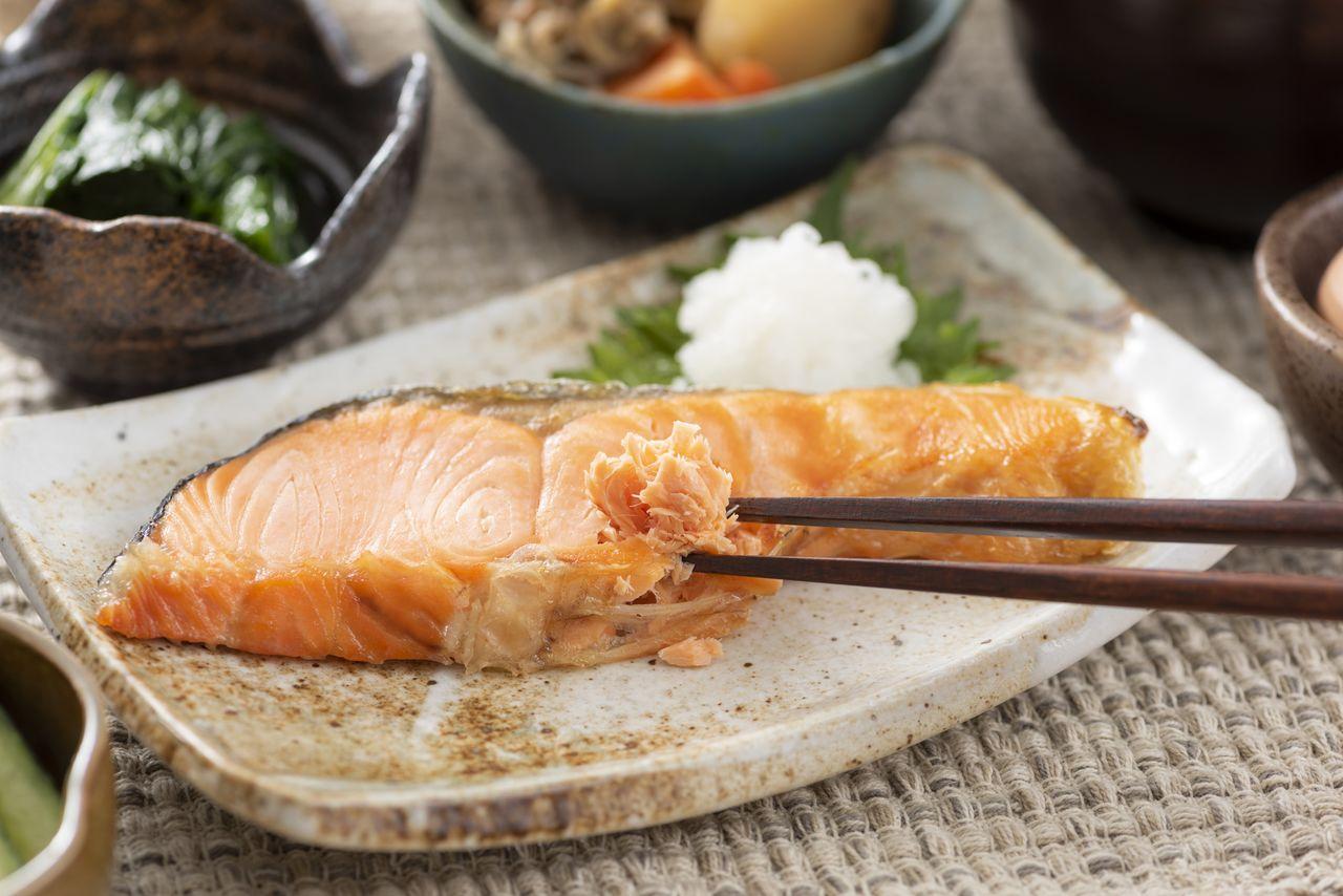 Salmon panggang adalah hidangan rumahan yang populer. (© Pixta)
