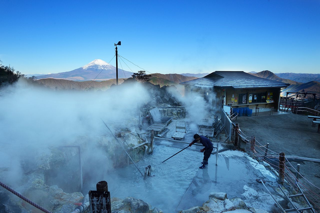 The boiling pond where kurotamago are cooked. Mount Fuji is visible in the distance. (Courtesy of Ōwakudani Kurotamago-kan)