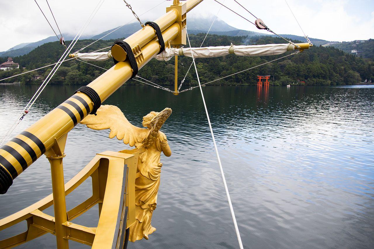 Pemandangan dewi Nike yang disandingkan dengan gerbang kuil hanya dapat dilihat dari dek kelas satu.