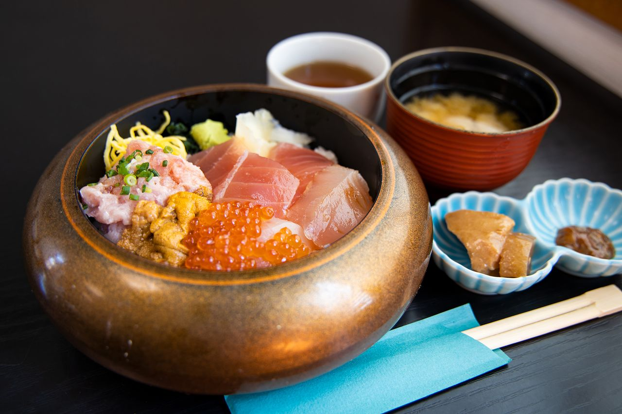 A bowl of fresh sea urchin, roe, and tuna on rice is part of the special menu at the restaurant Kyōka and can be purchased with the meal coupon or separately for ¥2,100.