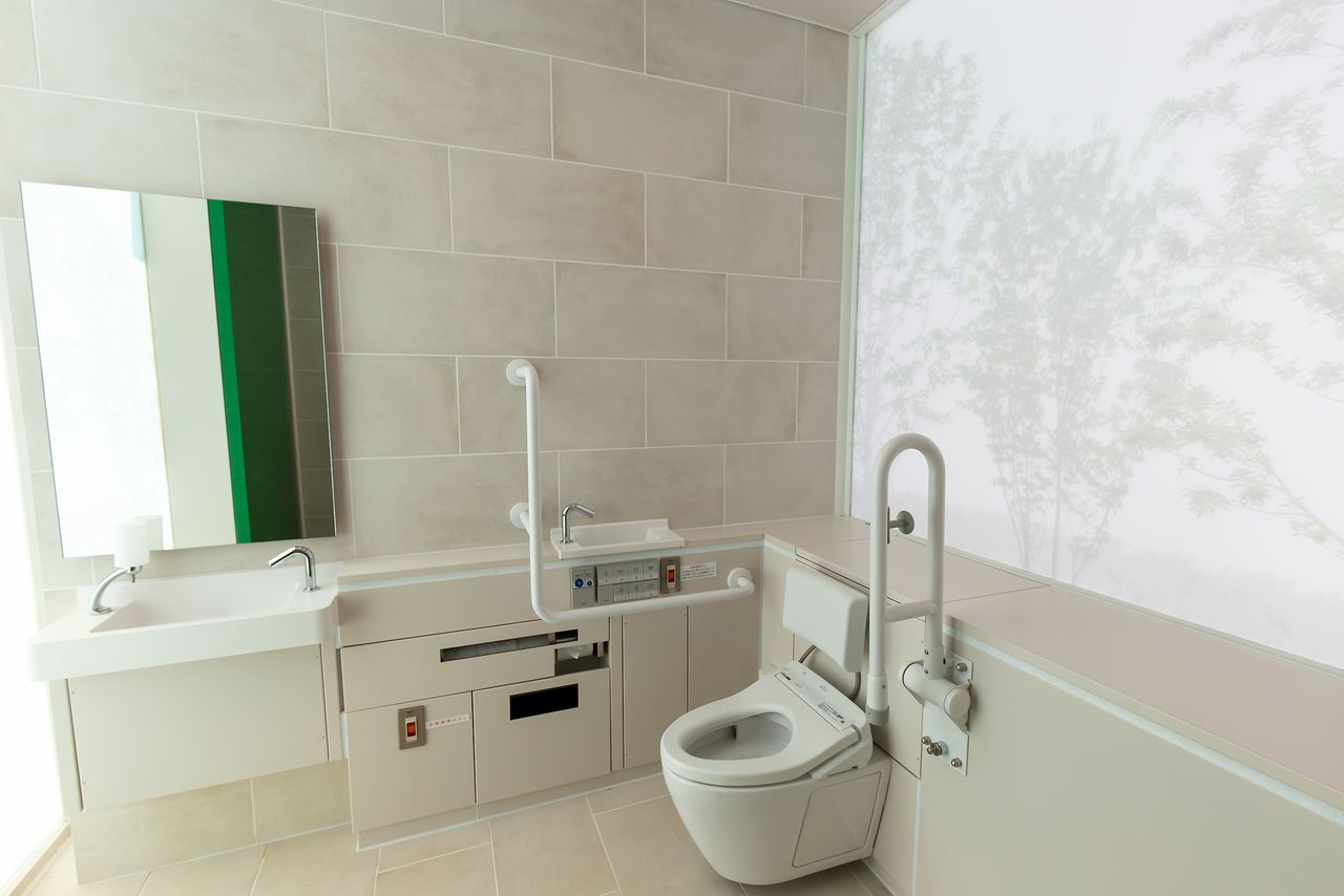 The frosted glass contains images of trees, providing a relaxing, comfortable atmosphere for users.