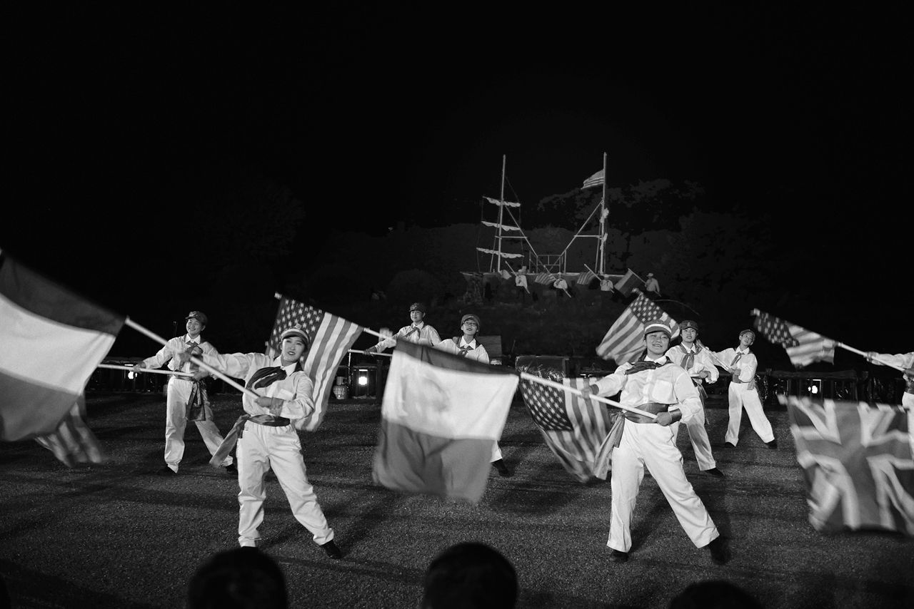 An open-air play about Hakodate's history performed by residents. In this scene, Hakodate has become an open port following the arrival of US Commodore Matthew Perry at the end of the Edo period. (2019, Goryōkaku Park)
