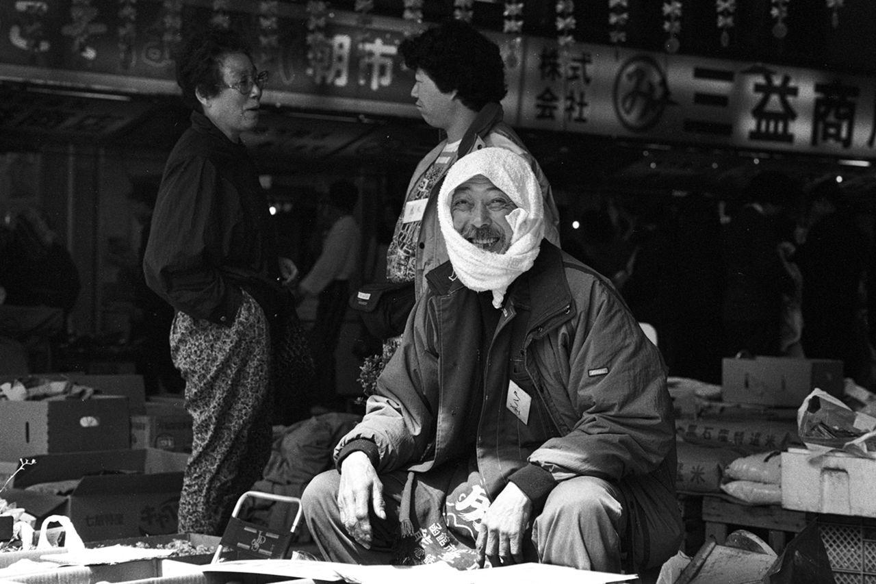 Seorang pria menjajakan kentang di Pasar Pagi Hakodate. (1995)