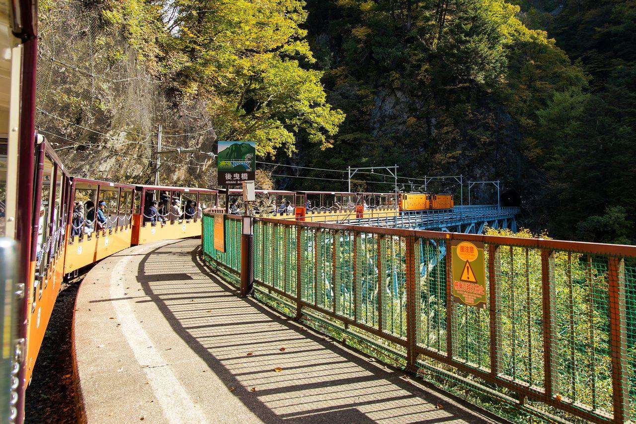 Kereta meninggalkan Stasiun Kuronagi, menuju Jembatan Atobiki.