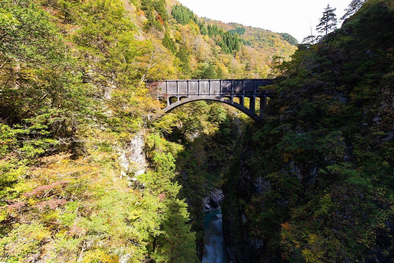 Saluran air yang membawa air ke Pembangkit Listrik Shin-Yanagawara, seperti yang terlihat dari Jembatan Atobiki.