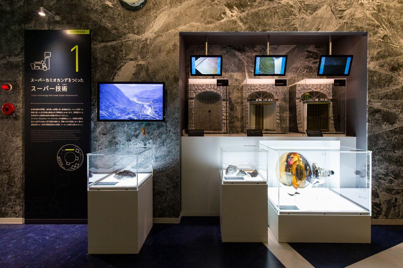 Pameran ini menggabungkan gambar konstruksi observatorium dengan tabung pengganda foto yang sebenarnya.