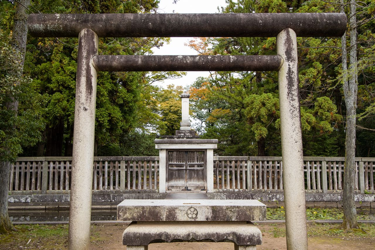 The tomb of Maeda Toshinaga and Zuiryūji are connected by the Hachōmichi, an 870-meter path stretching eastward from the main gate of the temple.