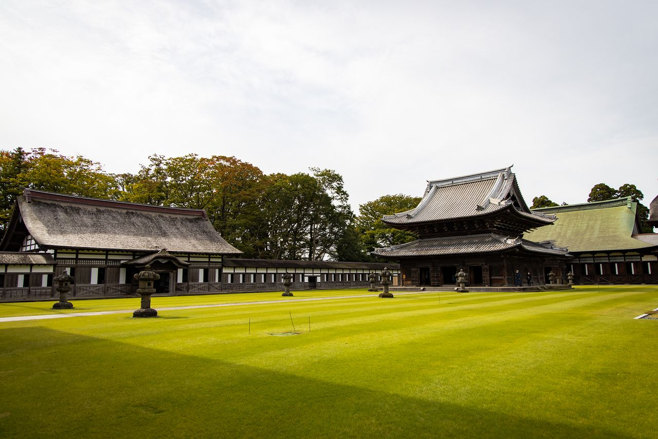 The meditation hall of Zuiryūji to the left and the Dharma hall at the back on the right lend to the unusual configuration of the compound.