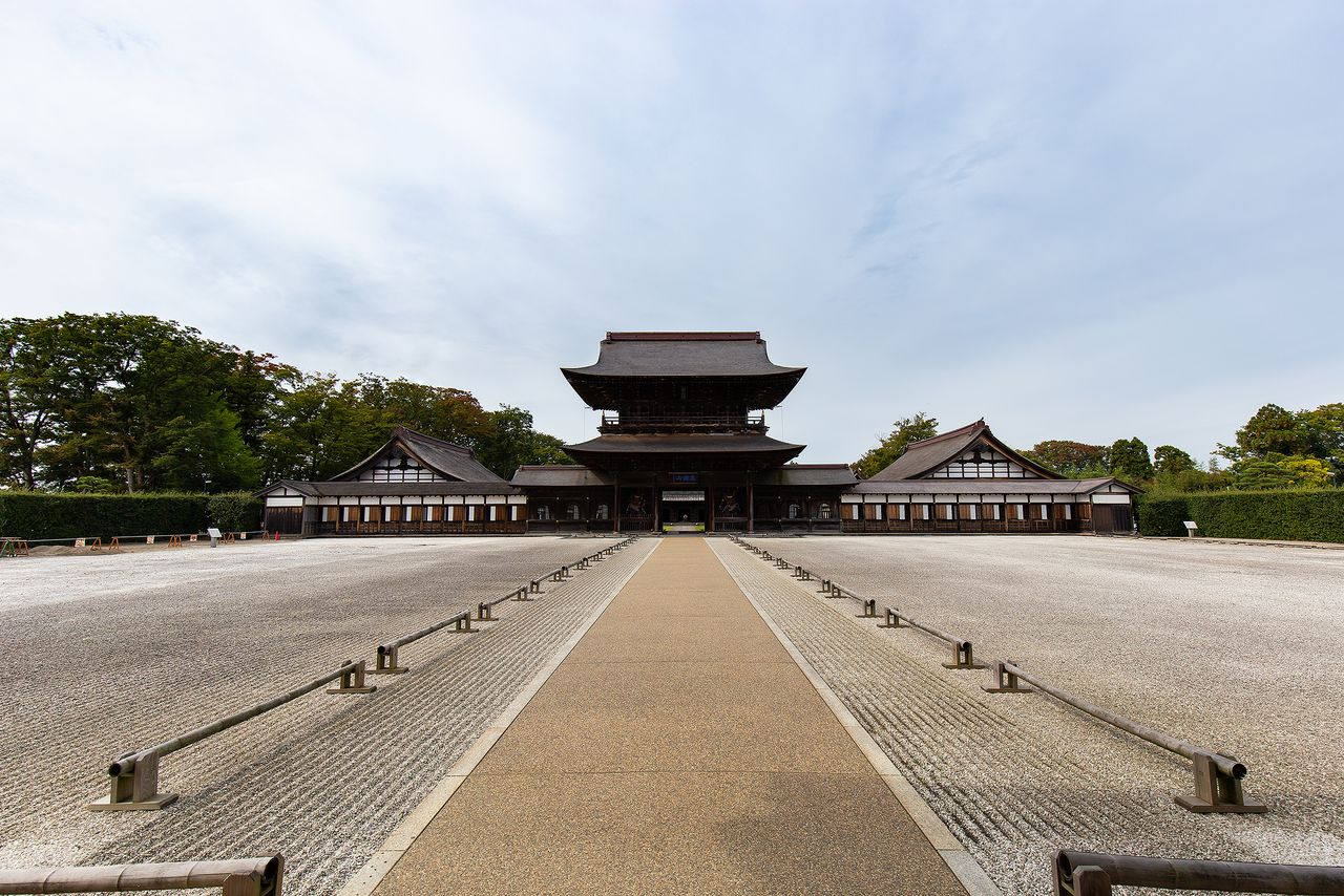The Byōdōin (Phoenix Hall) of Hokuriku. The 18-meter high Sanmon was rebuilt in 1820. The Daikuri to the right and meditation hall to the left are designated Important Cultural Properties.