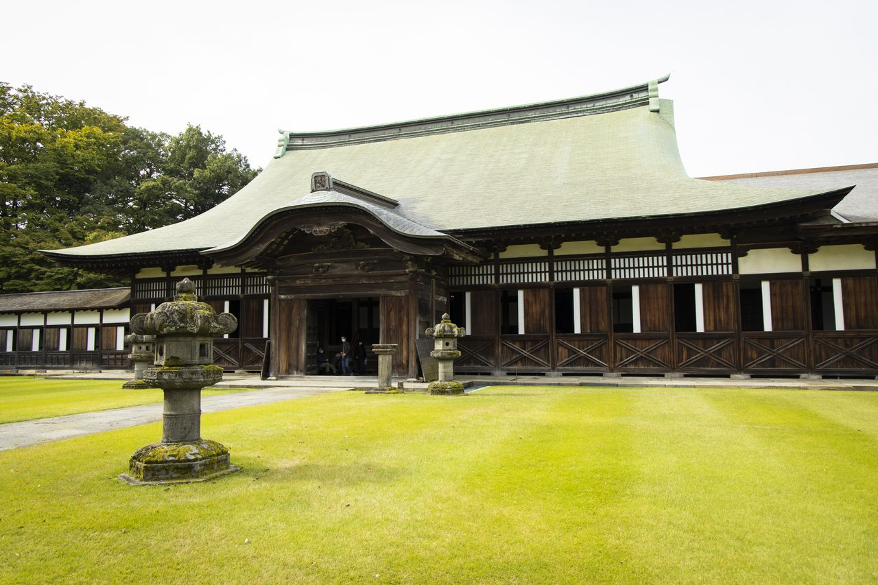 The Dharma hall, built in 1655, is also designated a National Treasure.