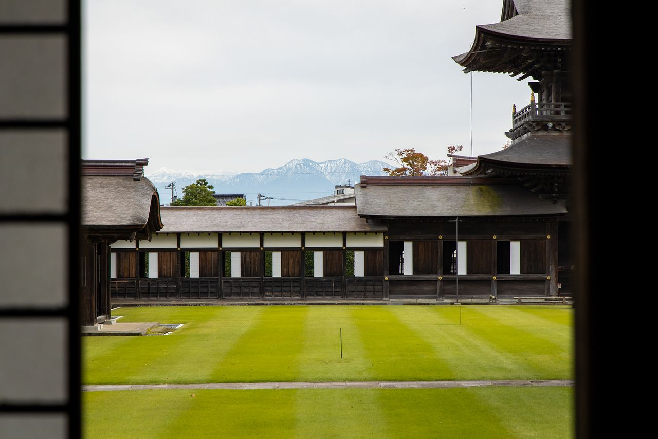 The peaks of the Tateyama mountain range, the guardian of the temple, can be seen from the corridor of the Dharma hall.