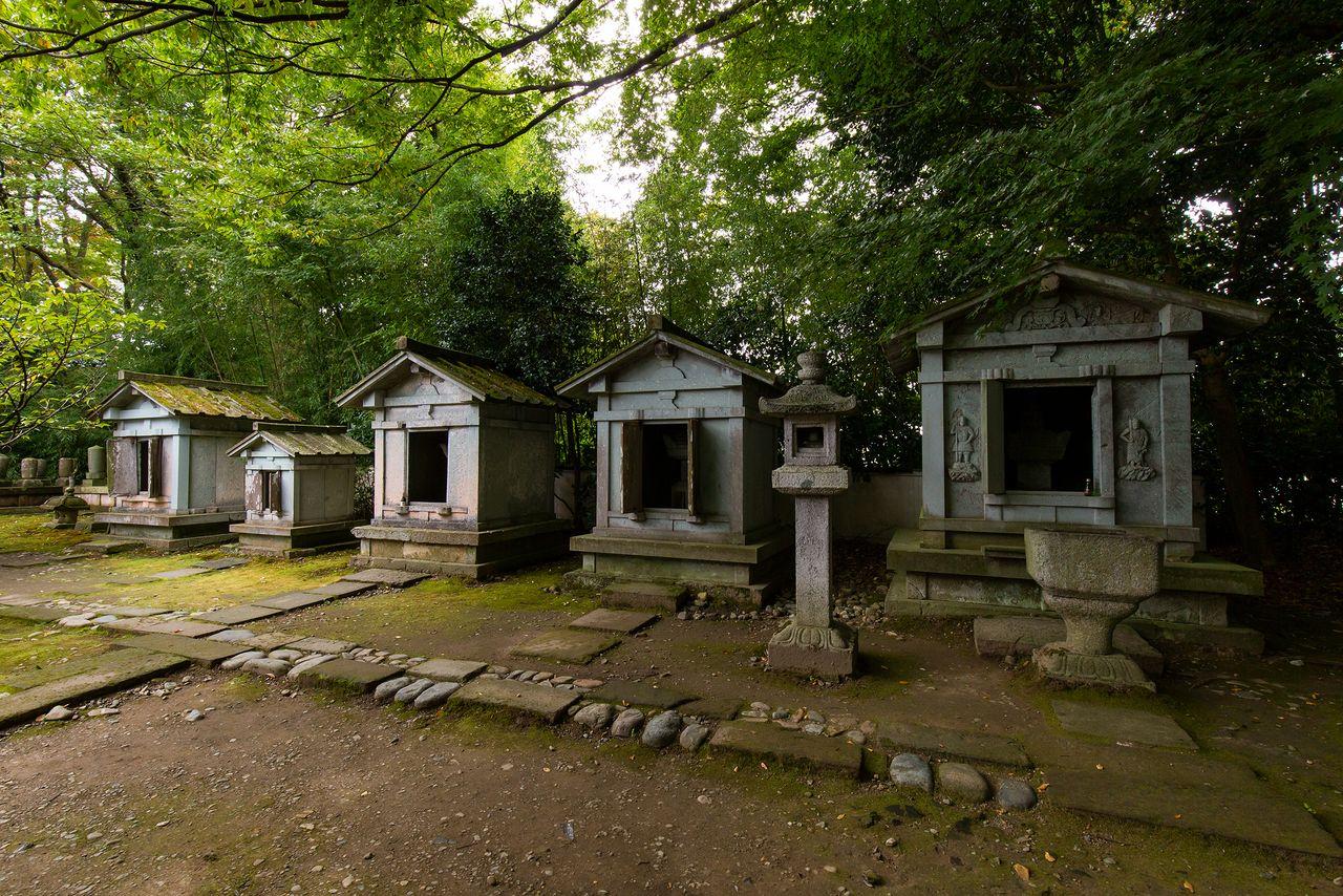 The mausoleums of Toshinaga, Toshiie, Oda Nobunaga, and others.
